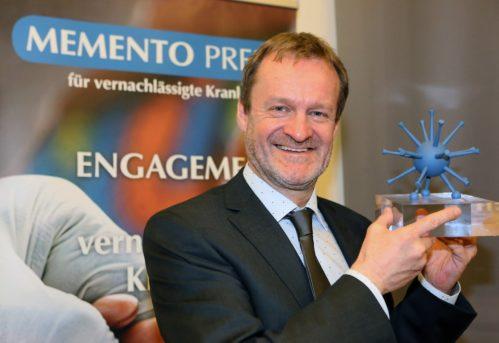 Klaus Brehm hält den Forschungspreis 2016 in den Händen