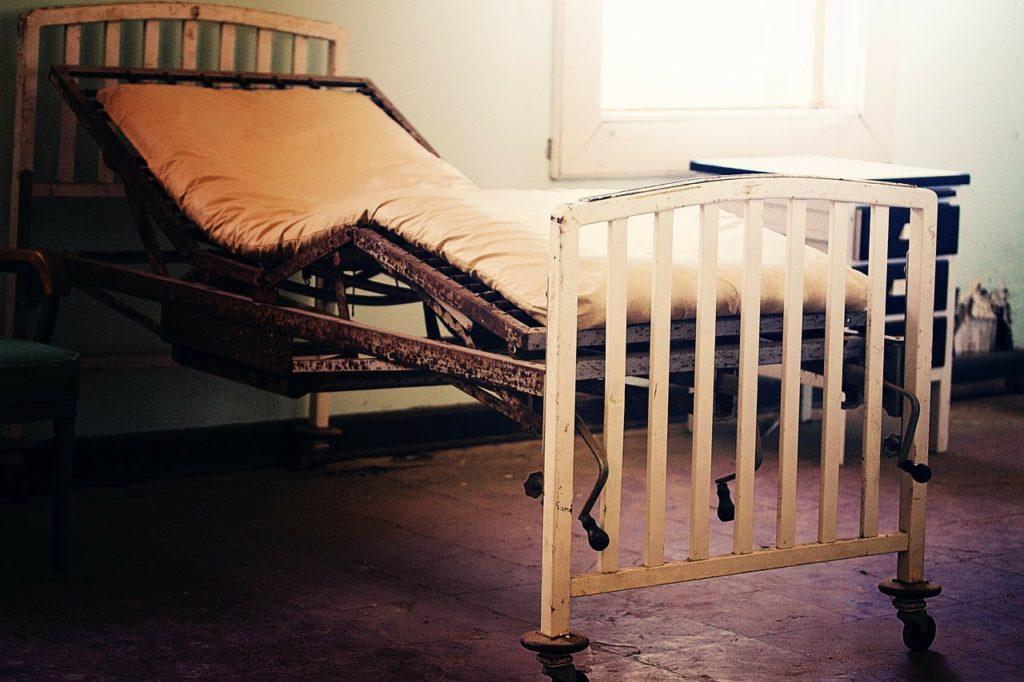 altes Krankenhausbett