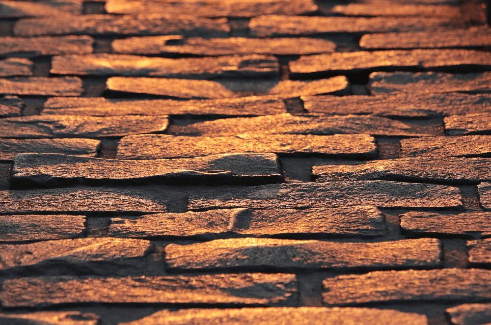 steiniger orangener Boden